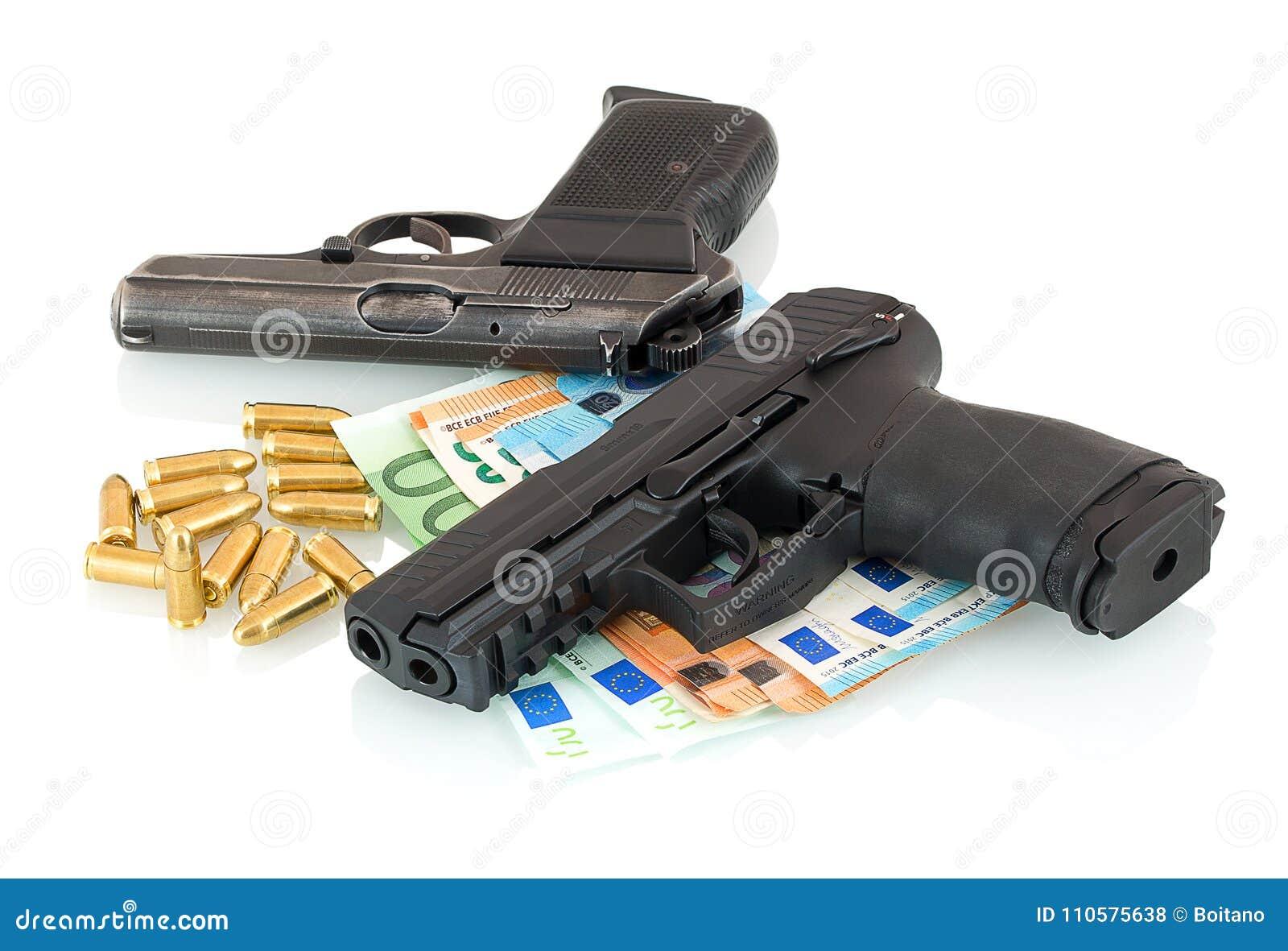 Armas, dinero, balas aisladas en el fondo blanco con la reflexión de la sombra