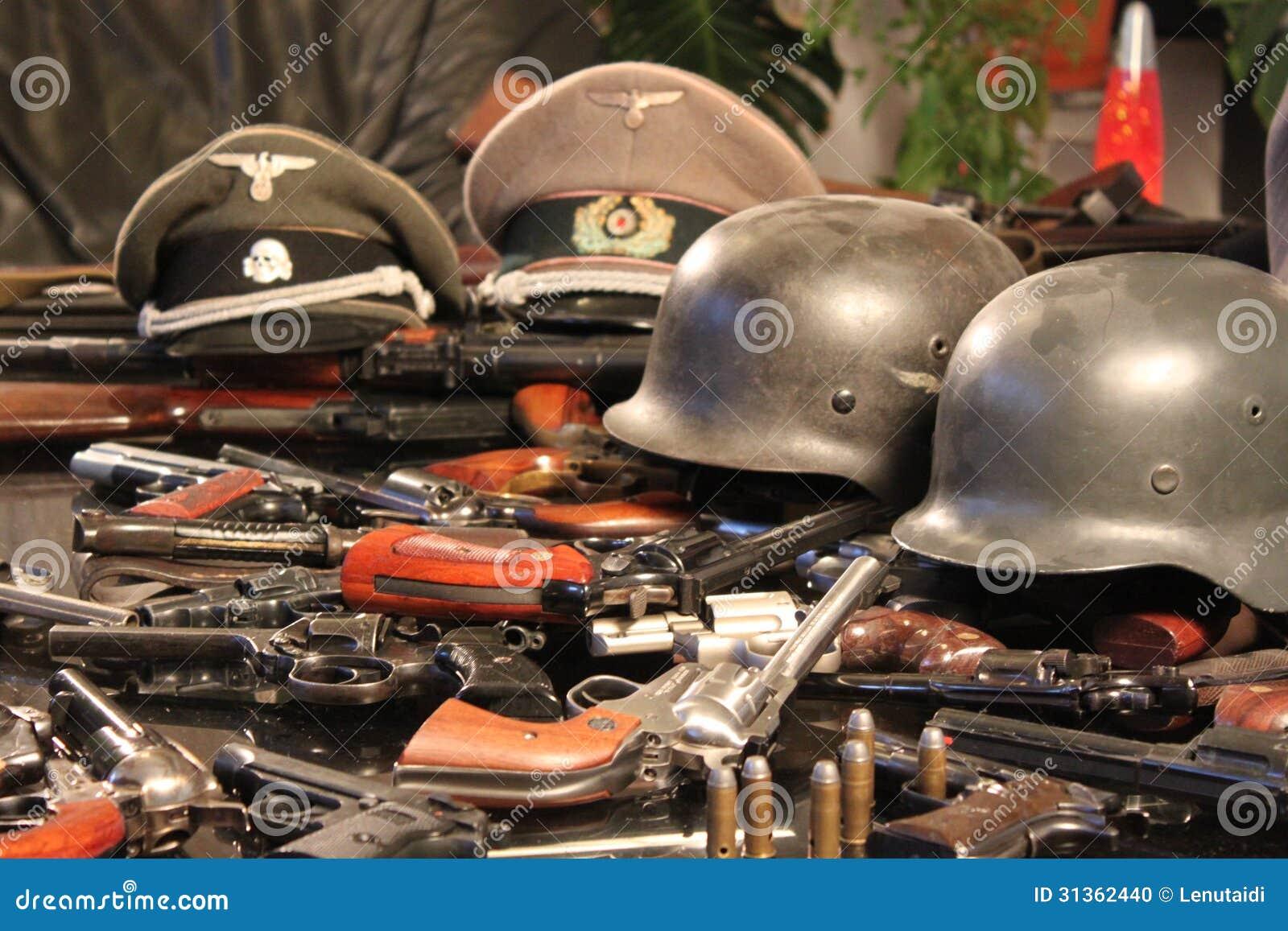 Armas y cascos de la guerra
