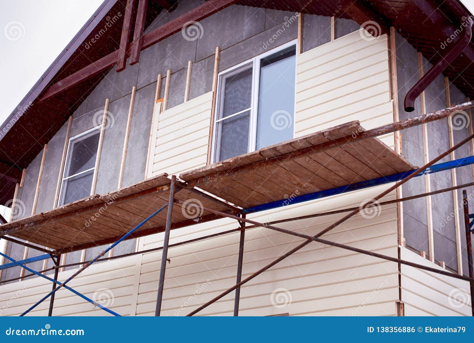 Armatura intorno alla casa con il raccordo beige che copre le pareti