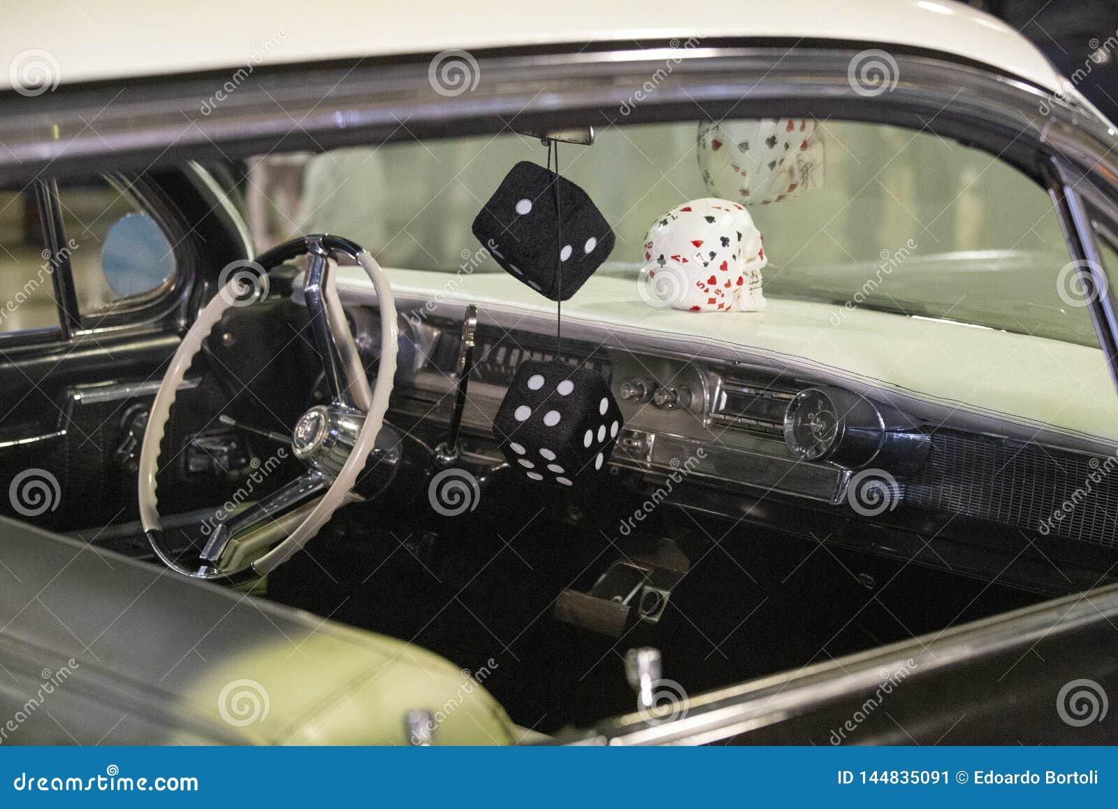 Armaturenbrett des Autos des Amerikaners 60s mit hängenden Würfeln