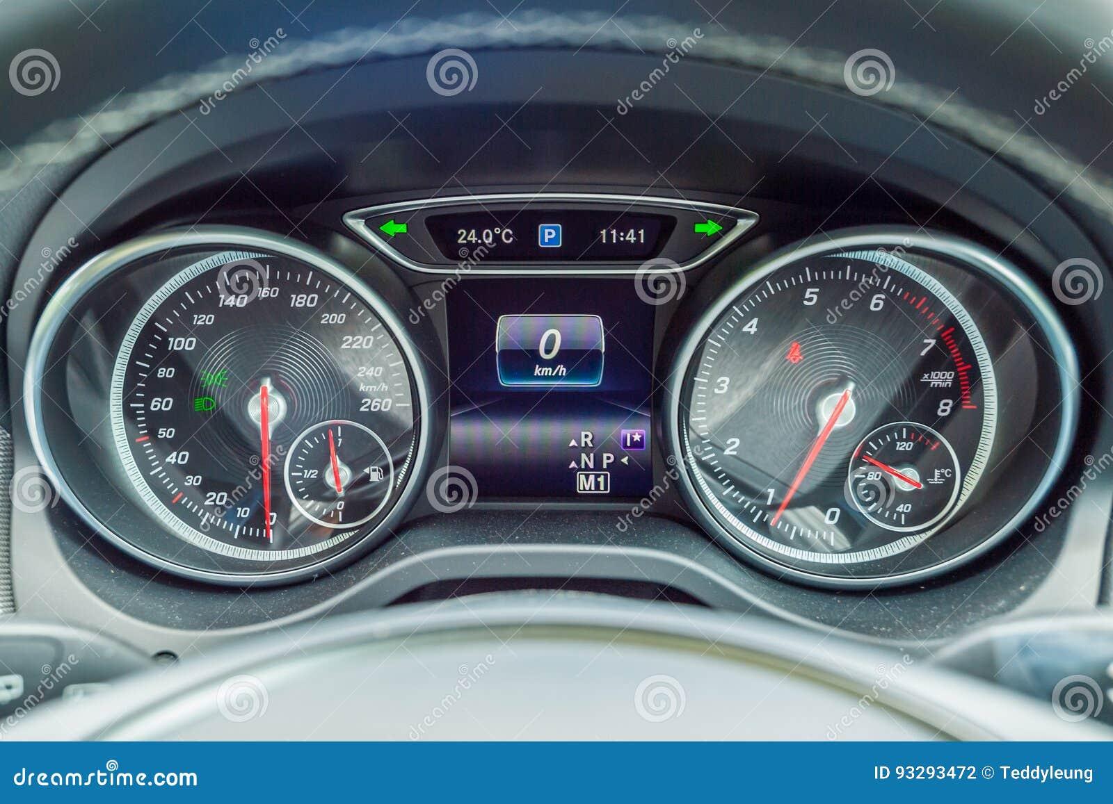 Armaturenbrett mercedes  Armaturenbrett Mercedes-Benzs GLA 200 Redaktionelles Stockfotografie ...