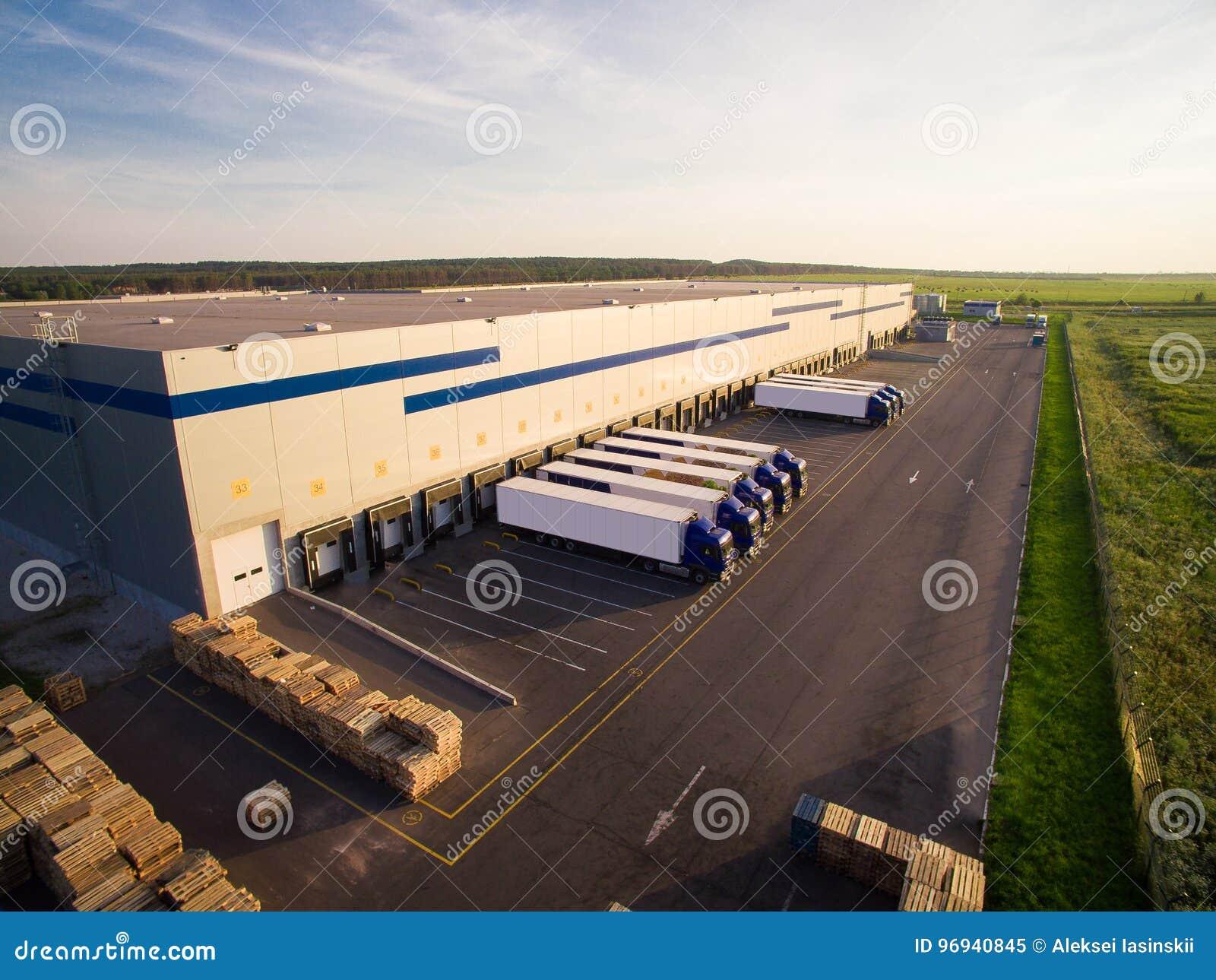 Armazém de distribuição com os caminhões da capacidade diferente