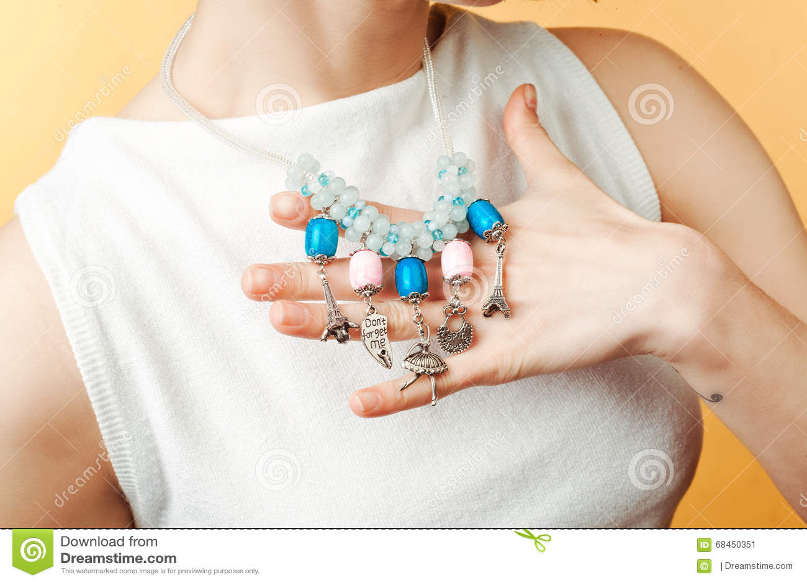 Armband auf einem Hand lokalisierten yyyy