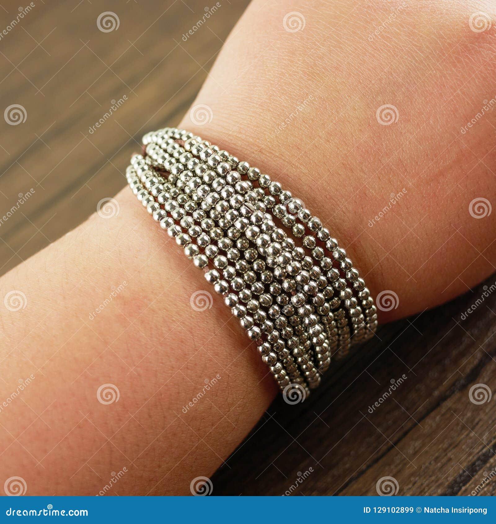 Armband för kvinnahandledkläder på träbakgrund