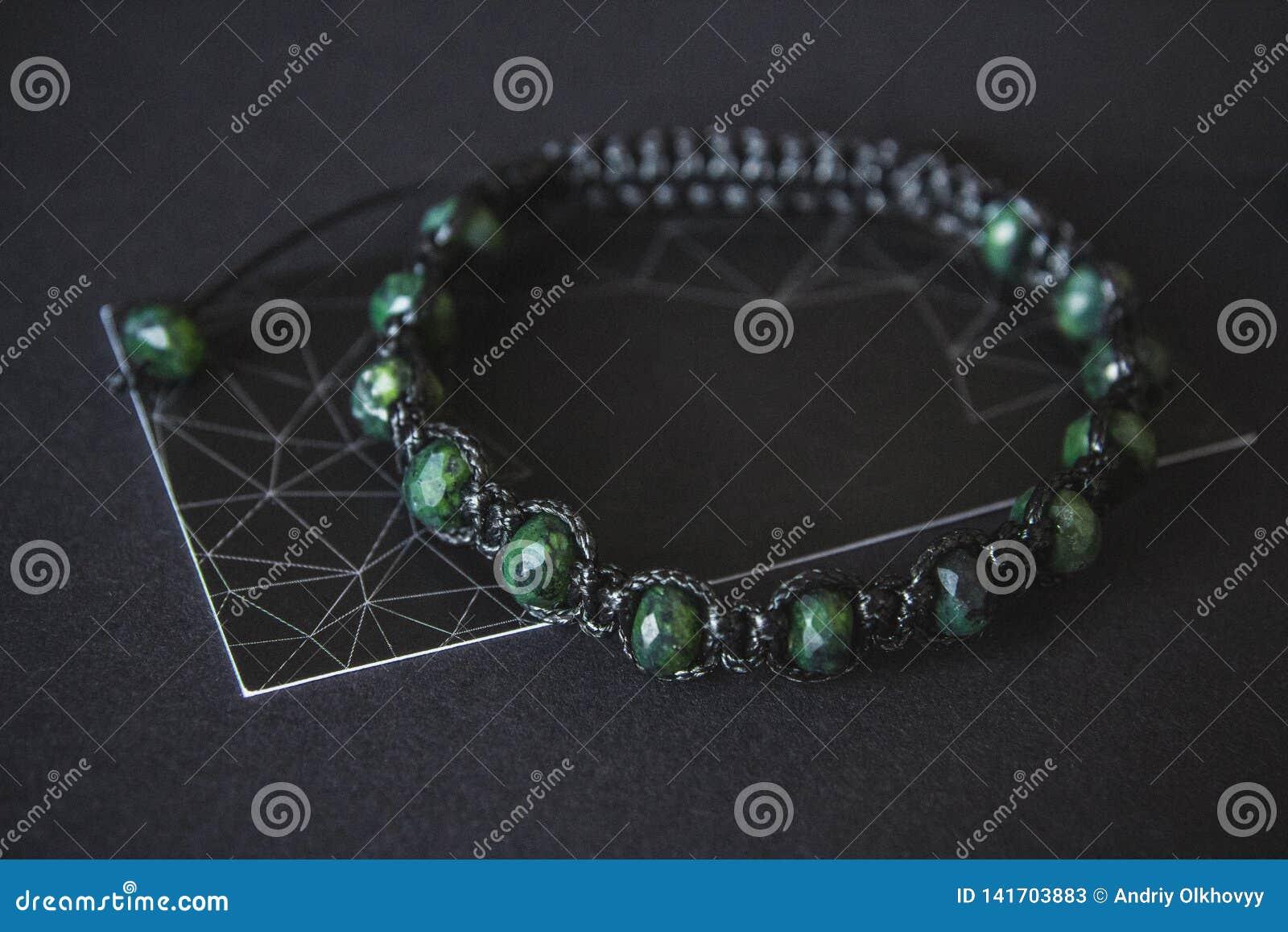 Armband met jade op een zwarte achtergrond