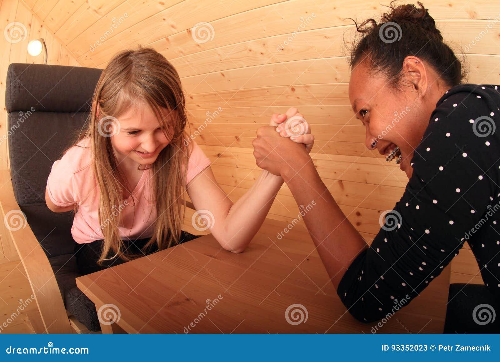 Mädchen armdrücken Armdrücken gegen