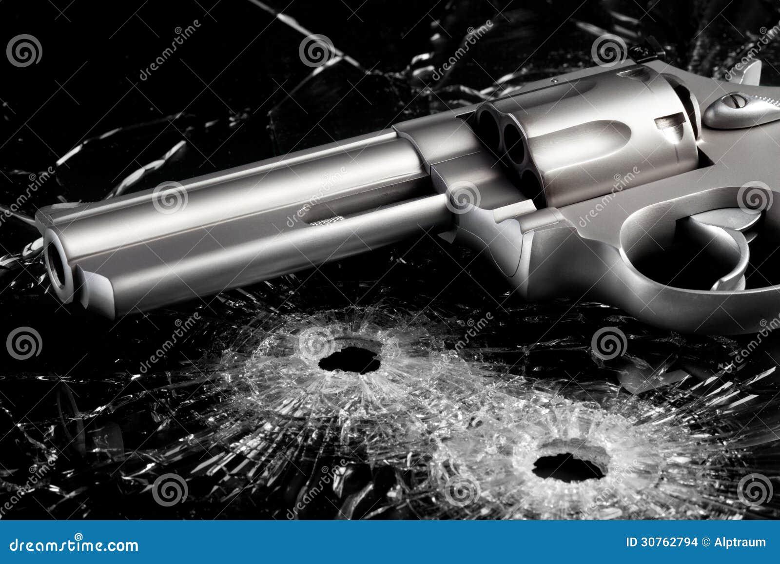 Arme à feu avec des trous de balle en verre