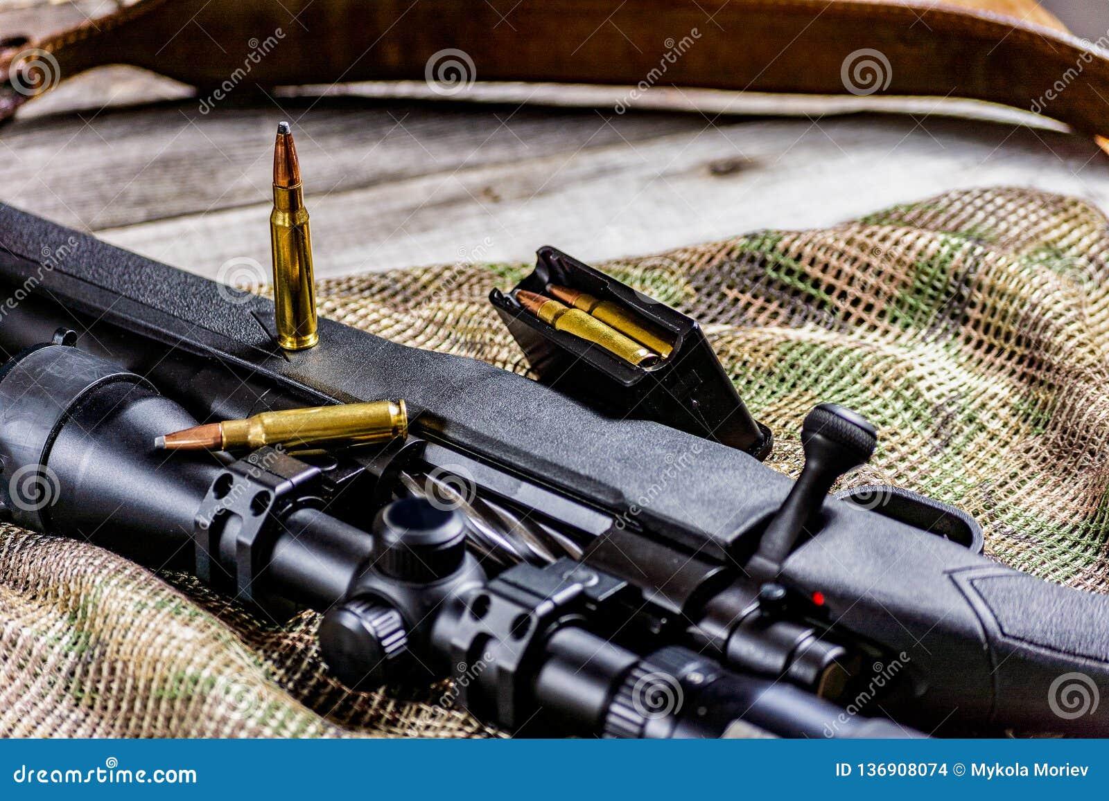 Arme à feu et munitions d arme de tireur isolé d action de boulon de fusil sur le fond de multicam