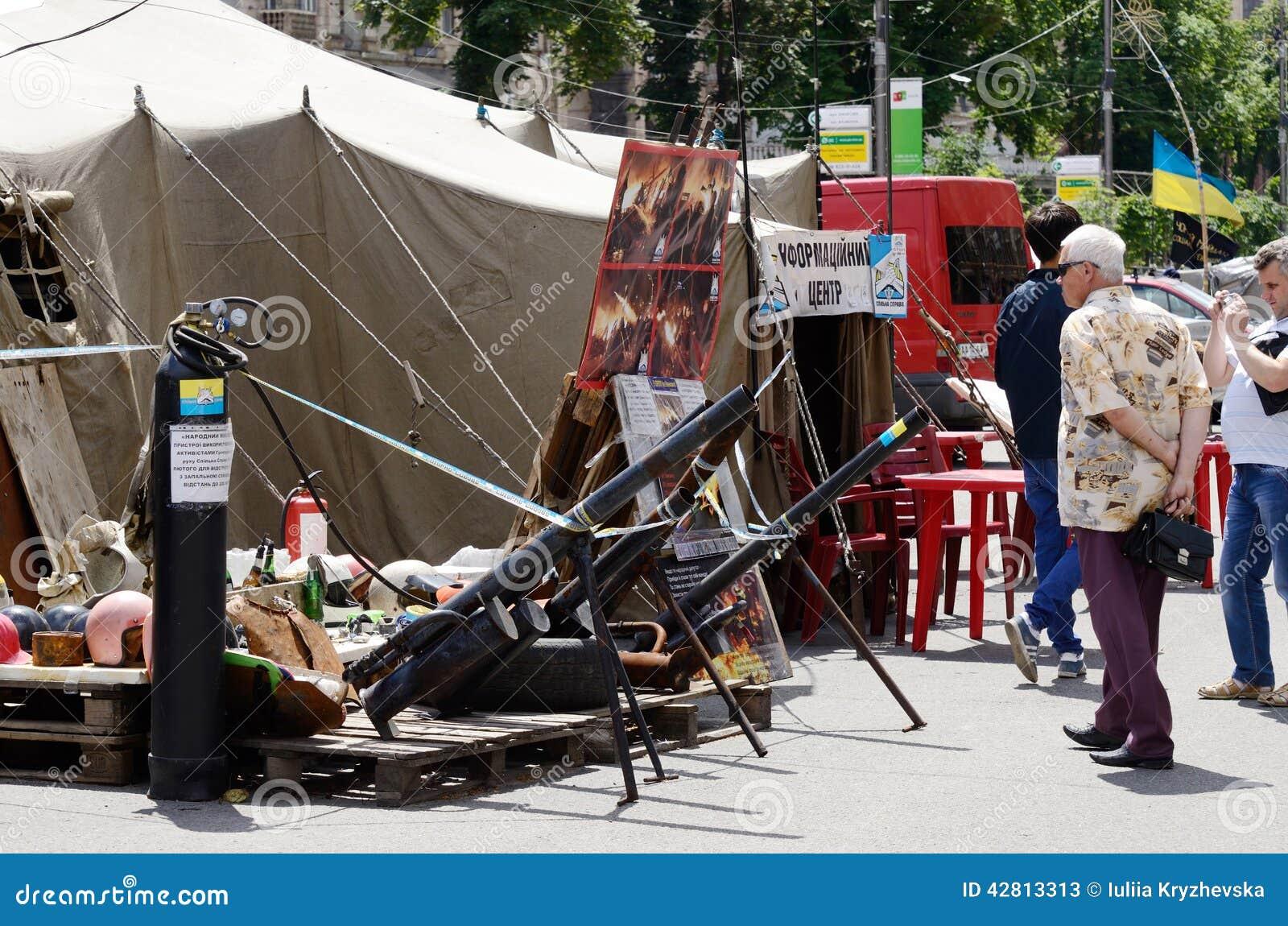 Arme faite maison de protestataires - mortiers avec éclater le mélange liquide, Maidan, Kiev
