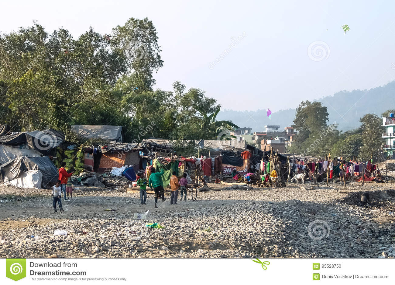 Arme Kinder, die in den Elendsvierteln nahe Rishikesh, Indien spielen