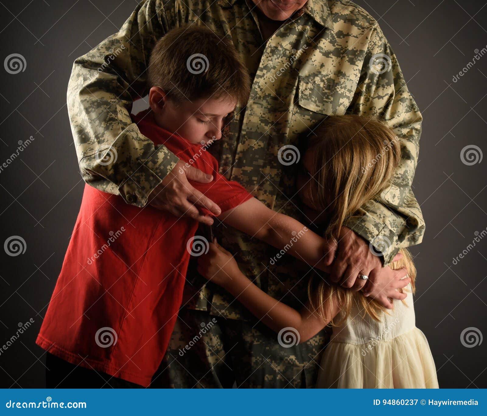 Armee-Soldat-Vater Hugging Family zu Hause