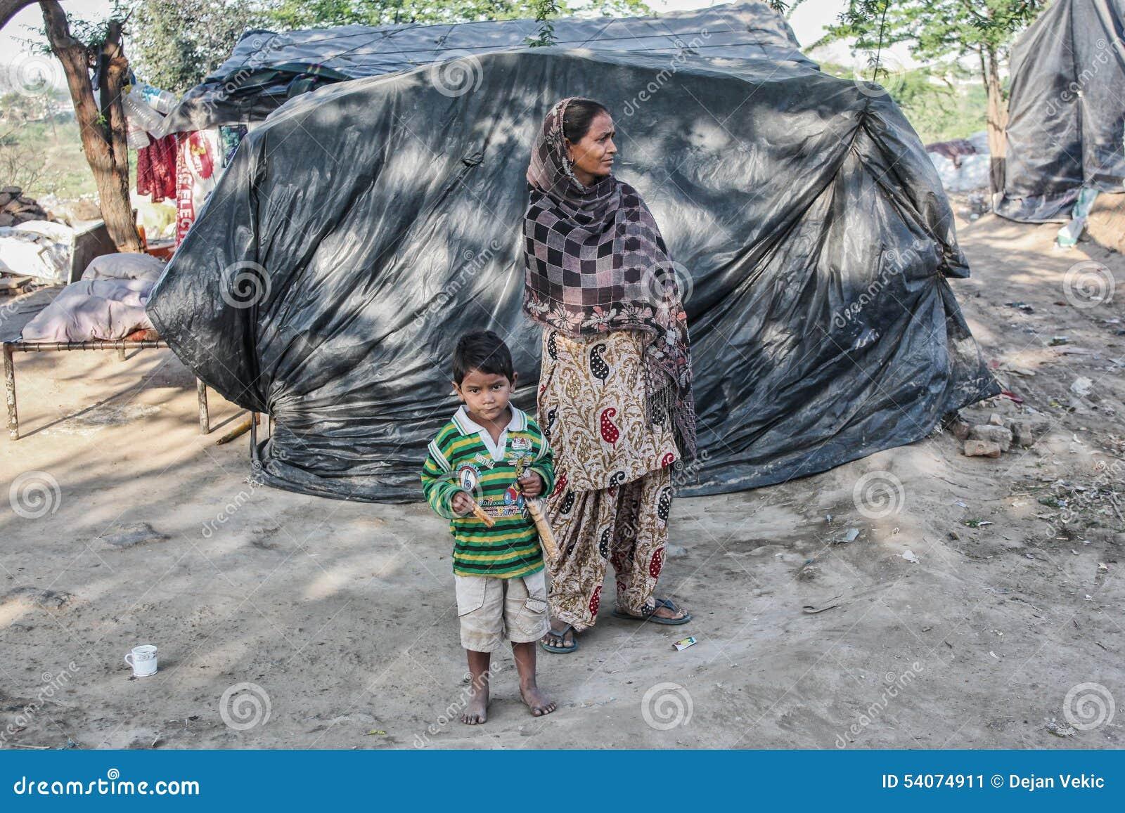 Armen bij hun huis