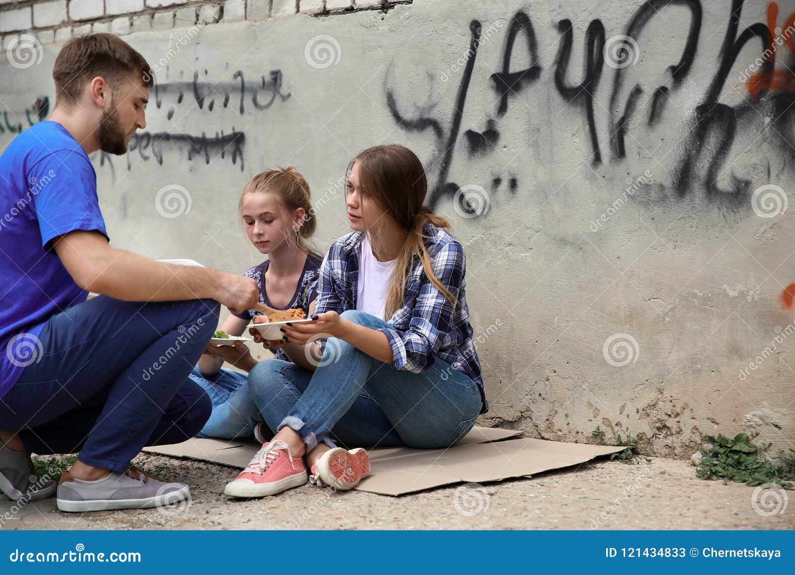 Armen die voedsel van vrijwilliger ontvangen