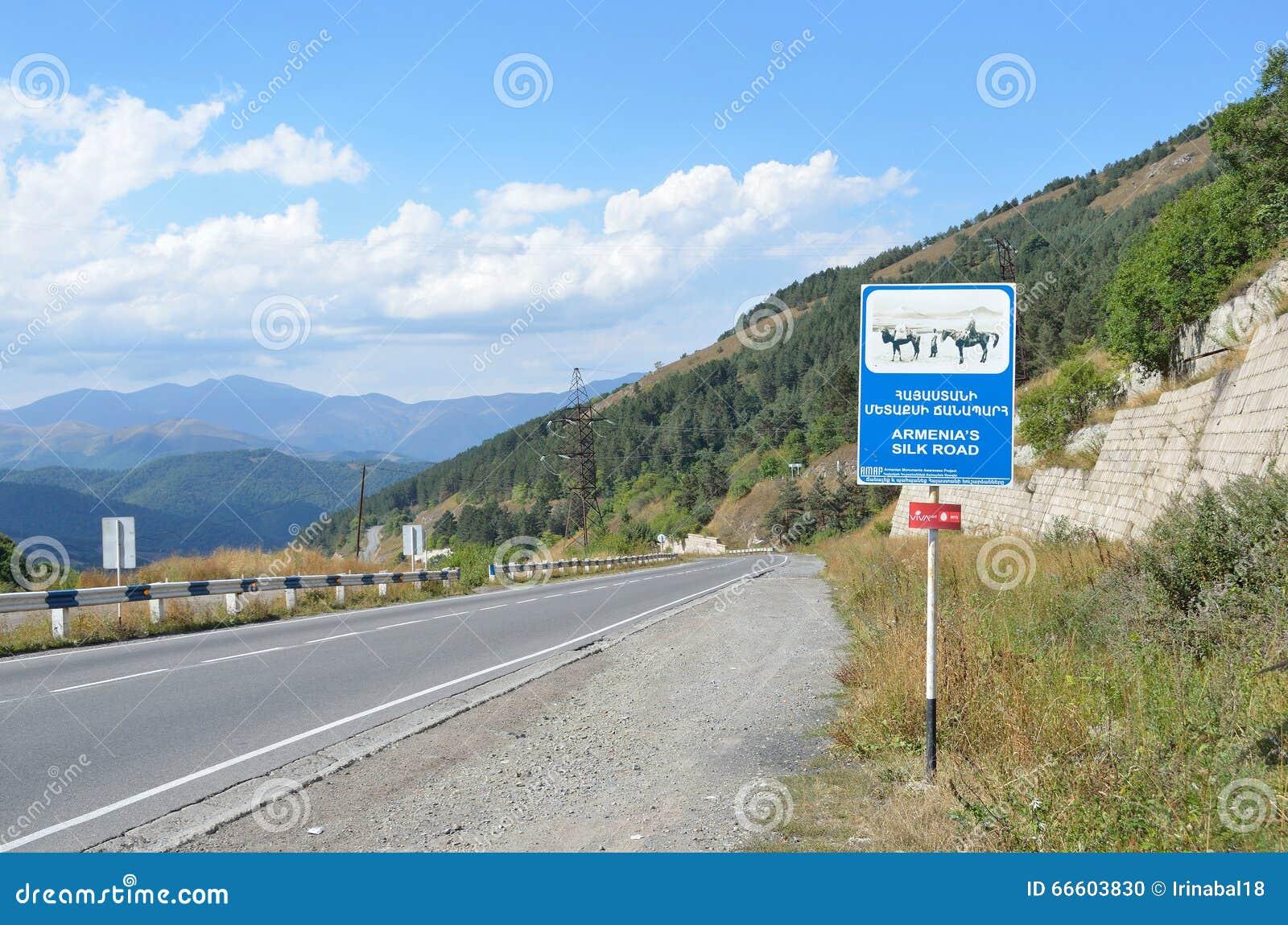 Armenien September, 10, 204 Vägen i Armenien, vägmärkeArmenien den siden- vägen