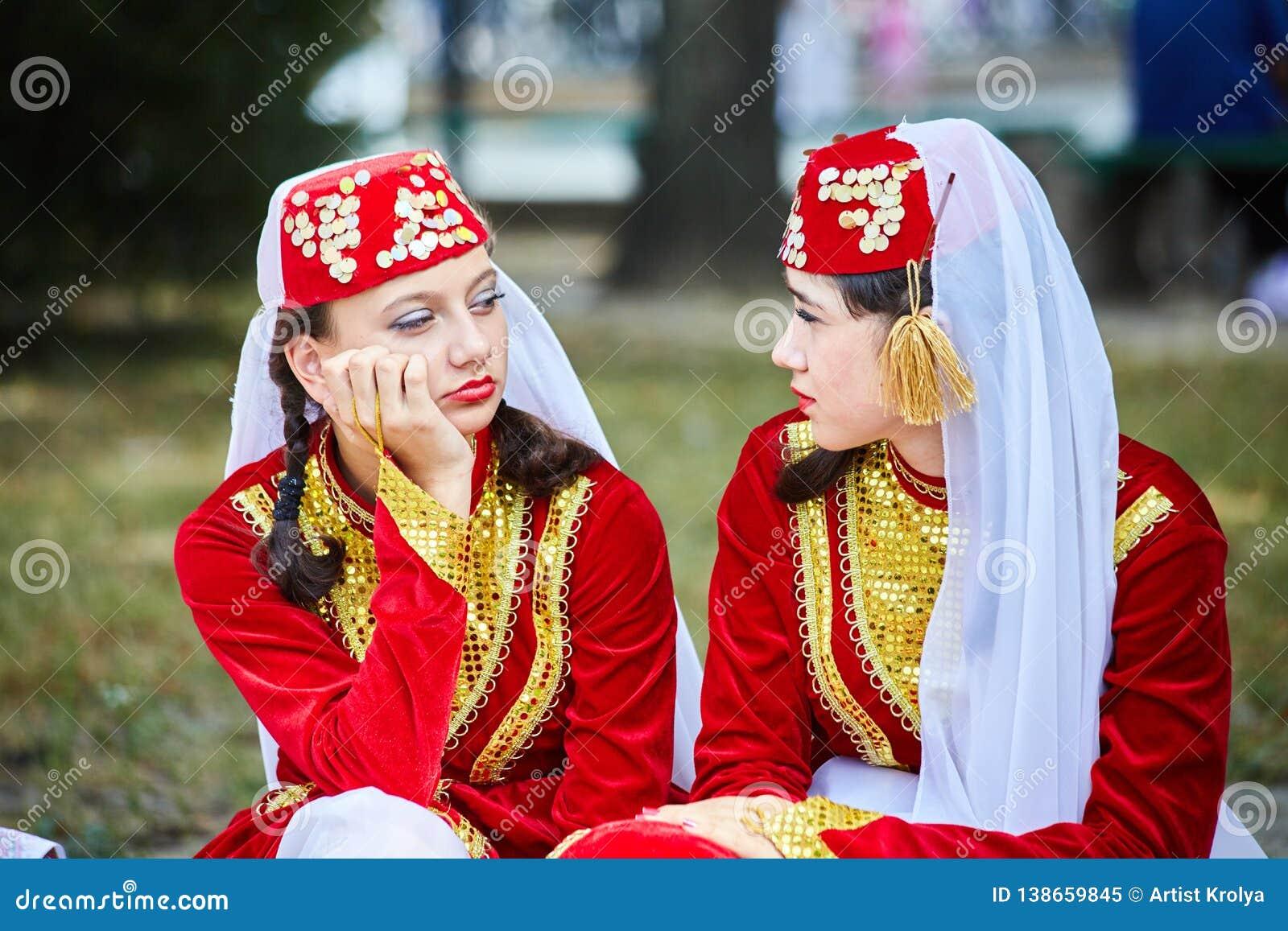 Armeniska Tatar flickor i folkloredräkter väntar på deras kapacitet