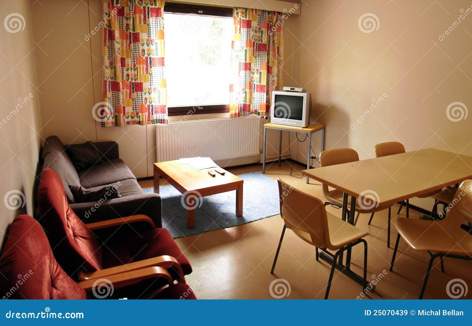 Schlafzimmer Mit Weißen Wänden, Braunem Trennvorhang Und Großer .