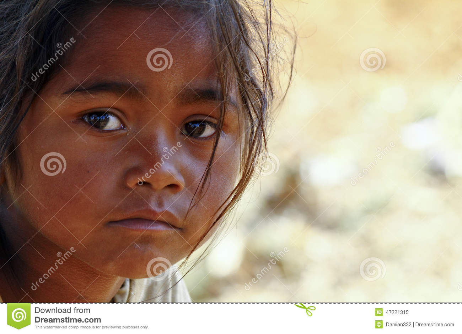 Armod stående av en fattig liten afrikansk flicka som är borttappad i djup tho