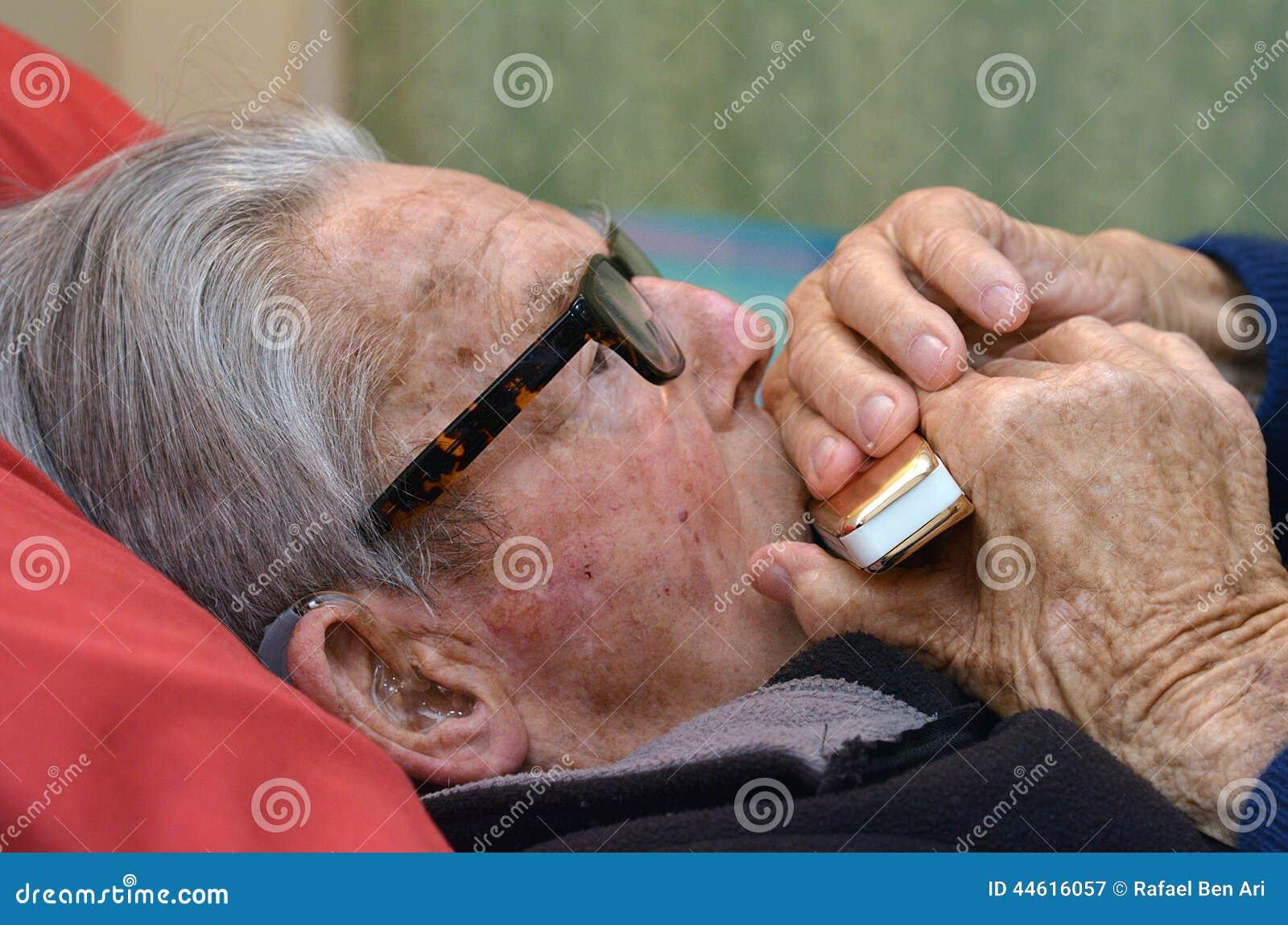 Armonica del gioco dell uomo anziano