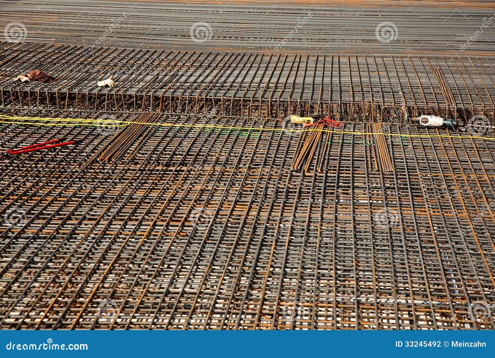 Armoring на строительной площадке для того чтобы стабилизировать fundament сделанный