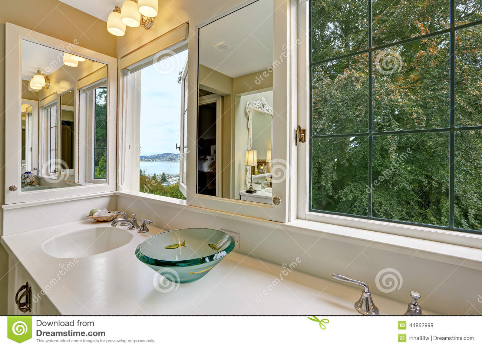 Armário Da Vaidade Do Banheiro Com Janelas E Opinião Da Baía Foto  #916F3A 1300 957