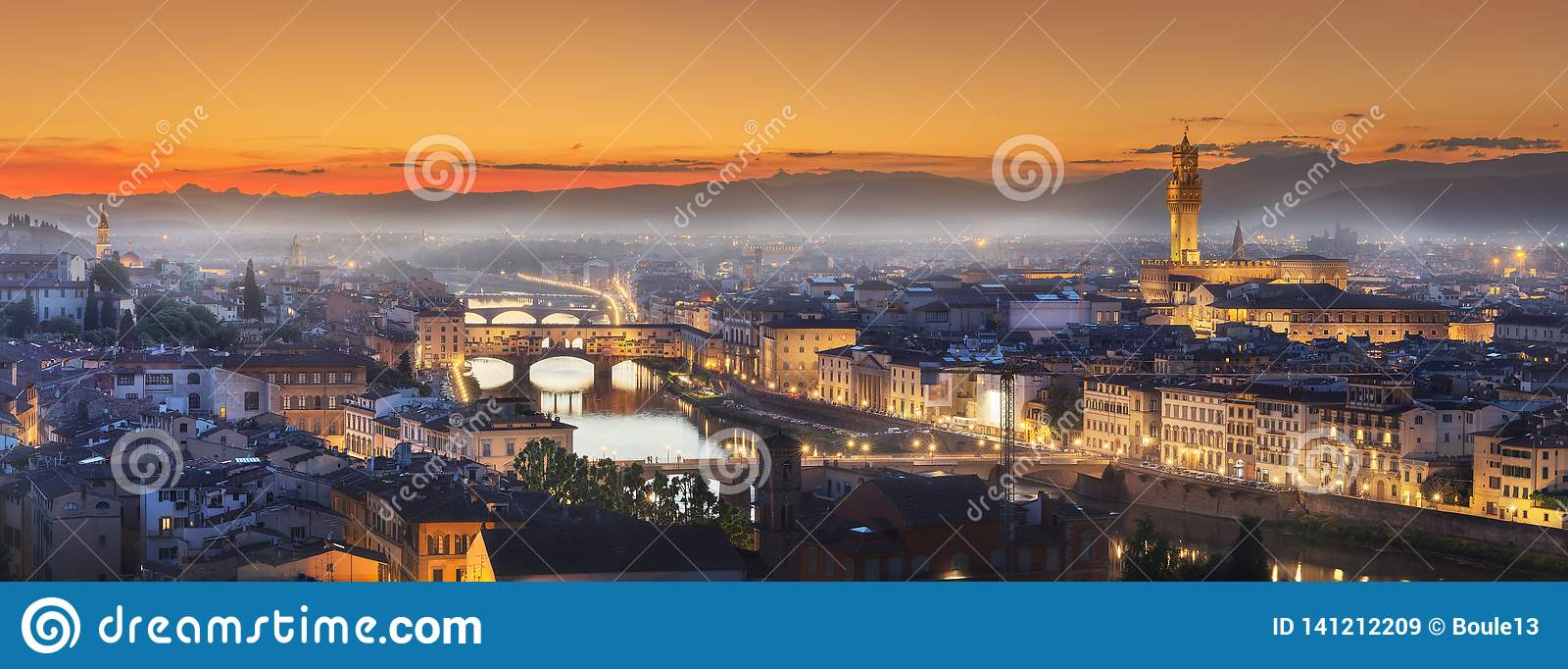 Arno River en bruggen bij zonsondergang Florence, Italië