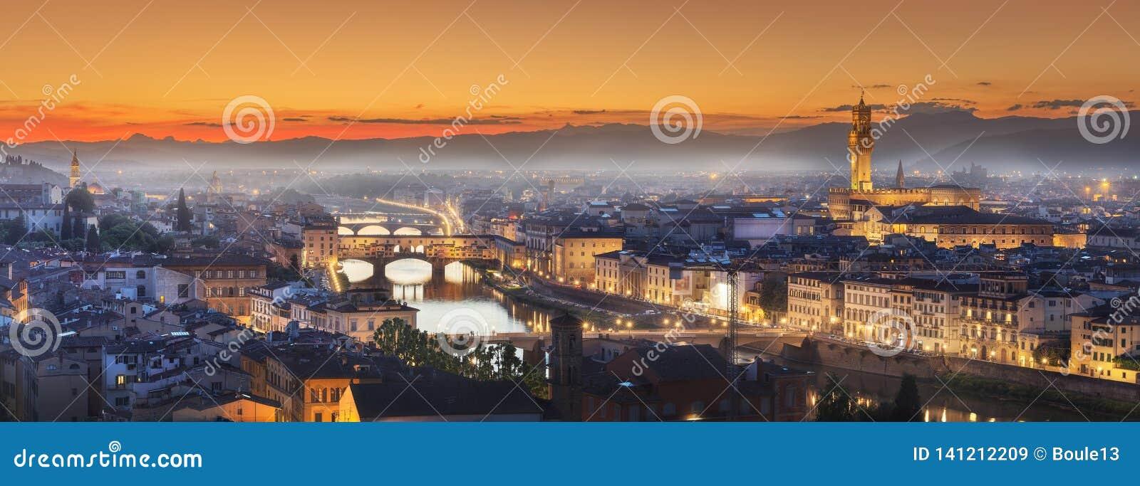 Arno River y puentes en la puesta del sol Florencia, Italia