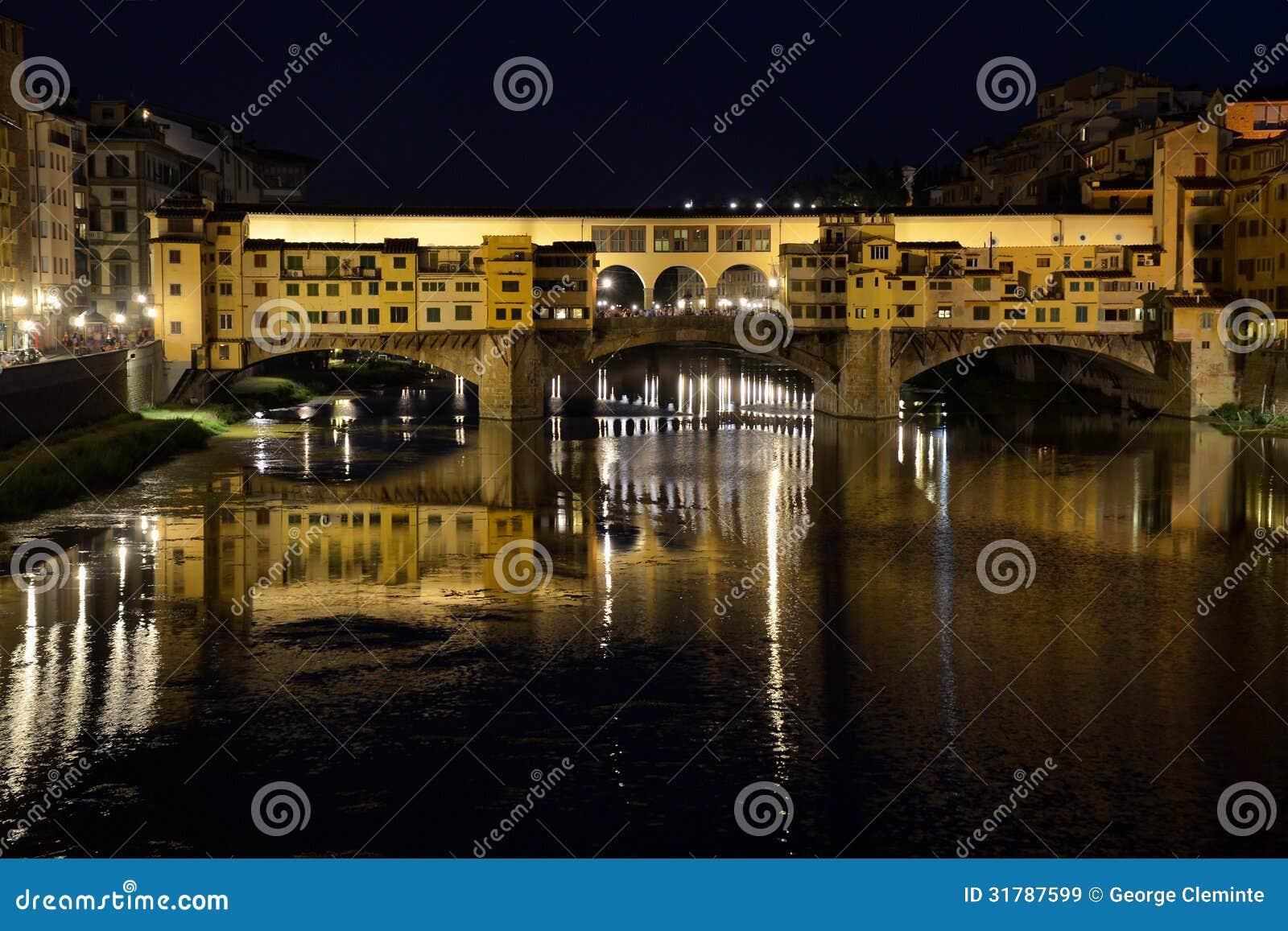 Arno rzeka z Ponte Vecchio w Florencja nocą