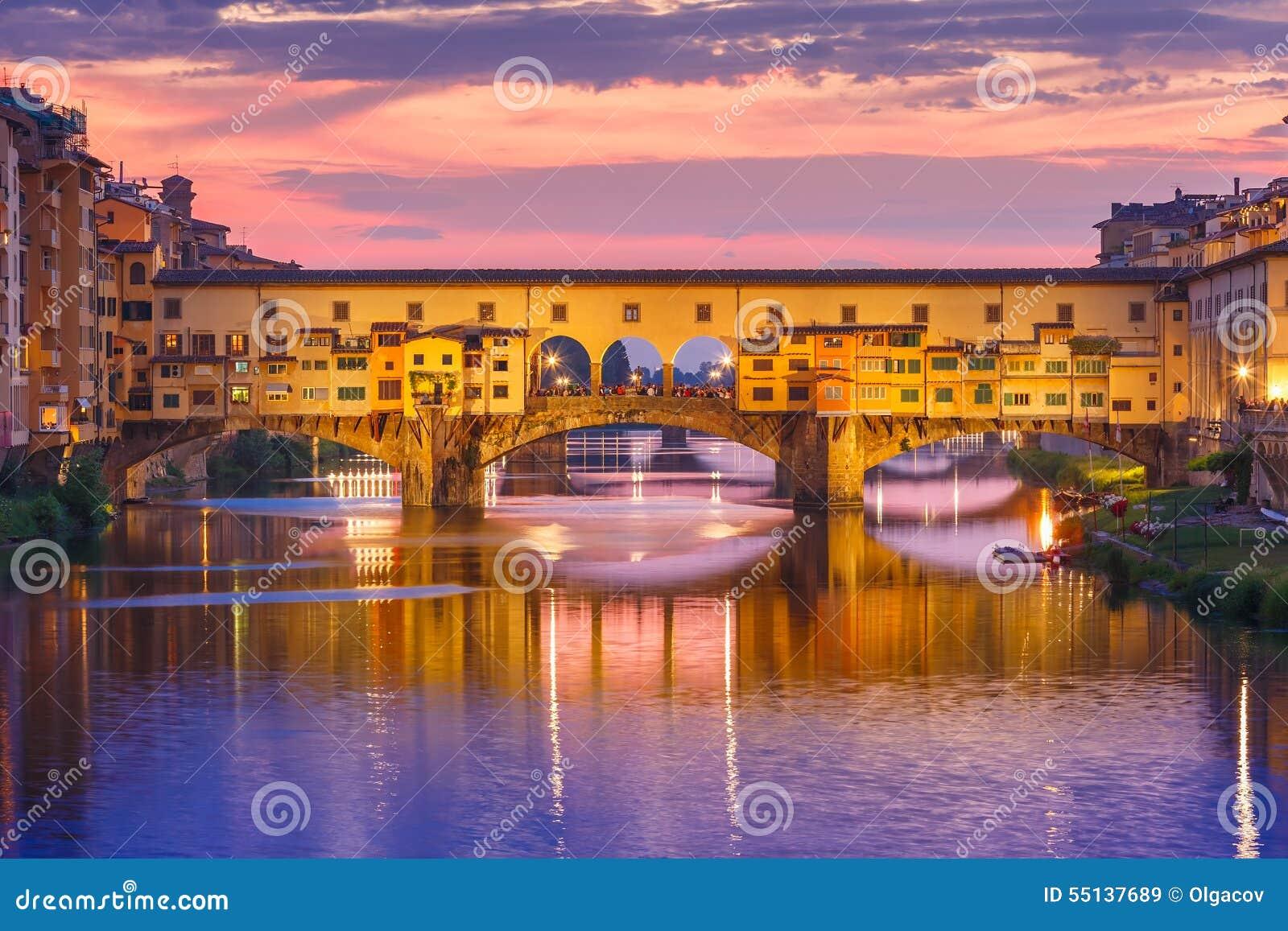 Arno y Ponte Vecchio en la puesta del sol, Florencia, Italia