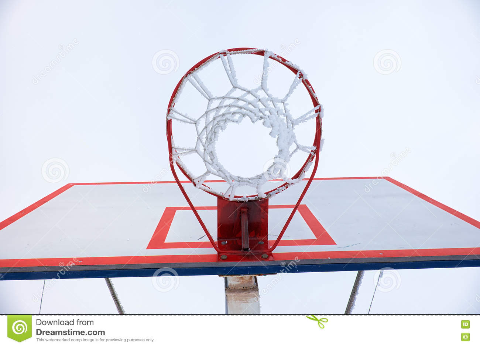 Aro de baloncesto con la red, cubierta por la escarcha