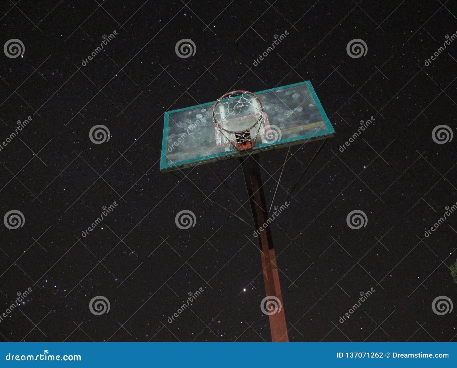 Aro de baloncesto contra el cielo de la noche