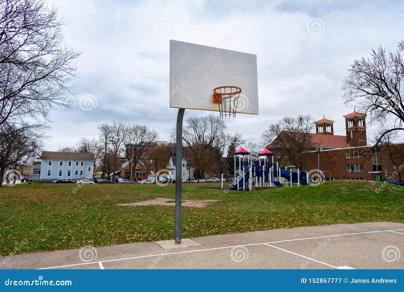 Aro de basquetebol em um parque Midwestern em um dia frio