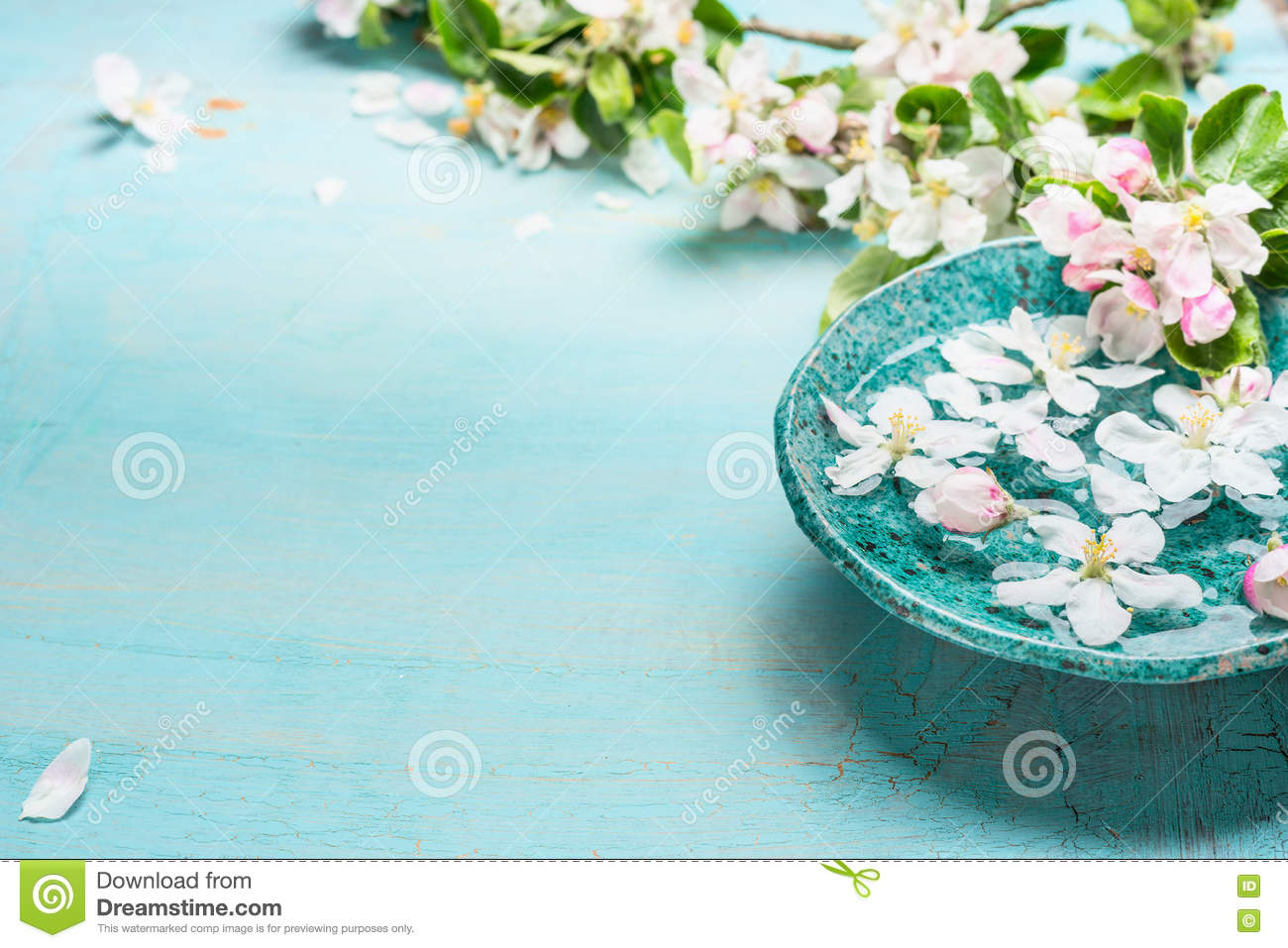Aroma bowl with water and white blossom flowers on for Salon turquoise