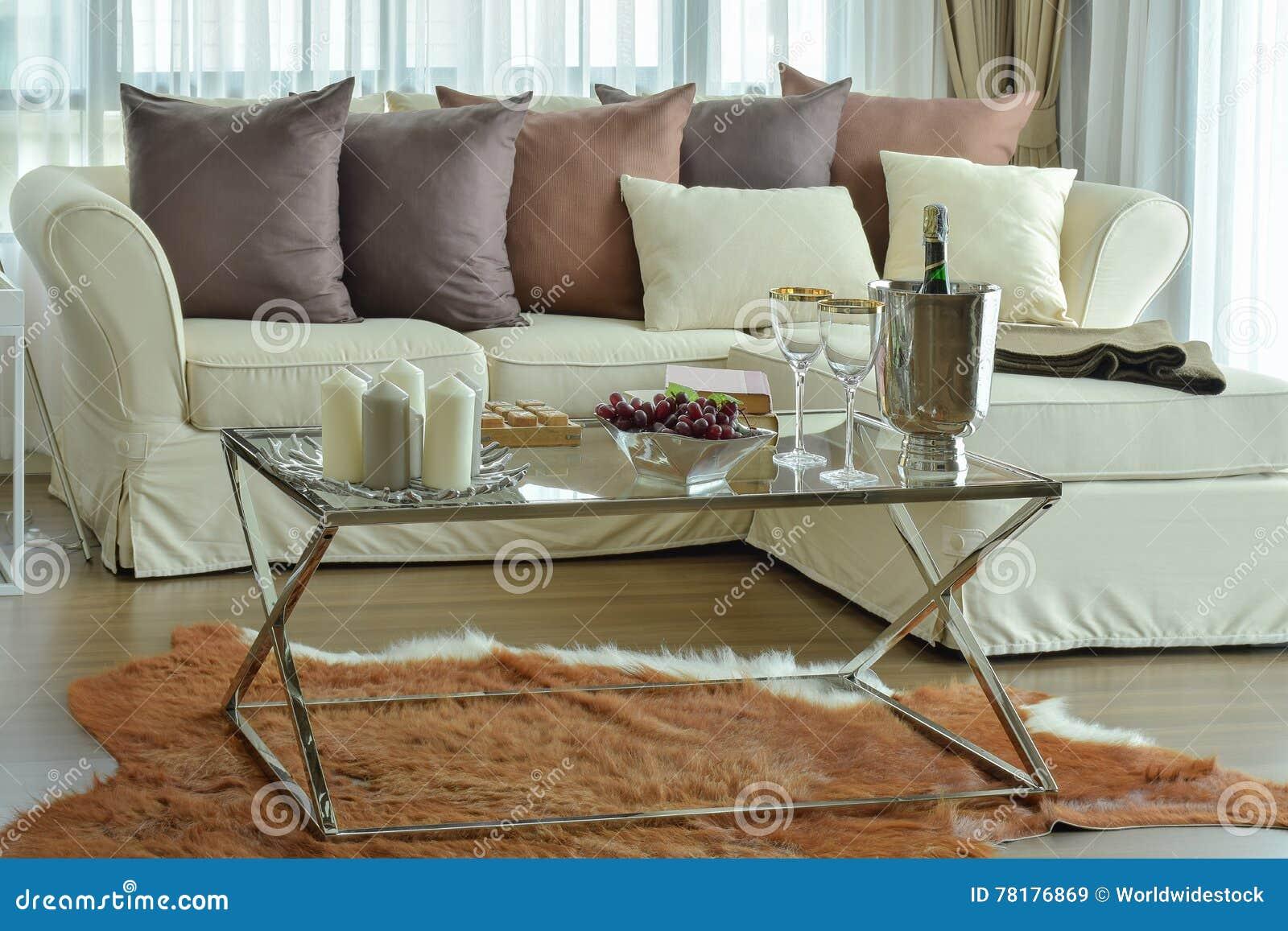 Aromakerzen Und Weingläser Auf Dem Tisch Mit Beige Sofa Und Dunkelbraunen  Kissen Im Wohnzimmer