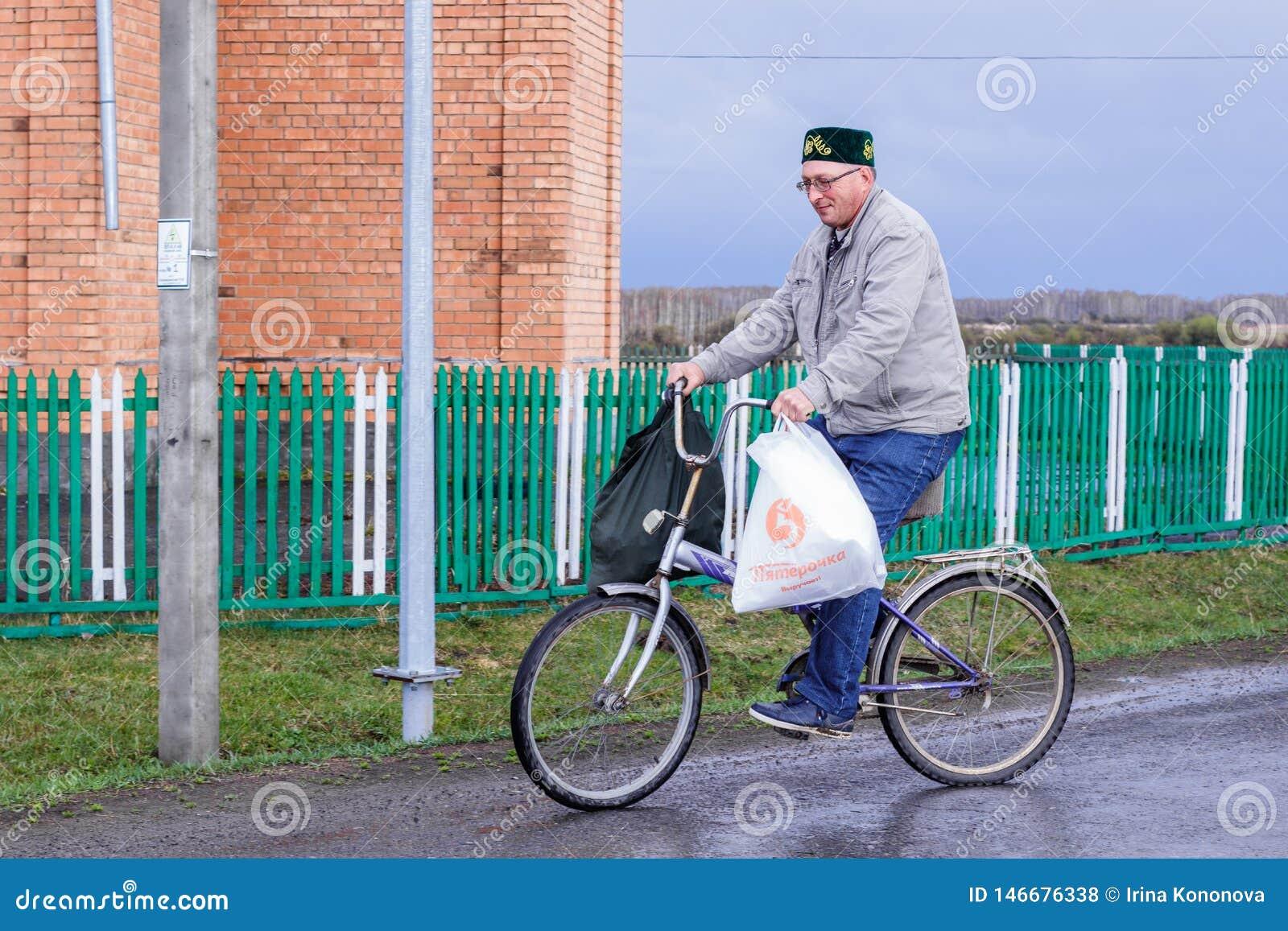 Aromashevskiy Rosja 23 2018 Maj cyklisty jazda z torbami
