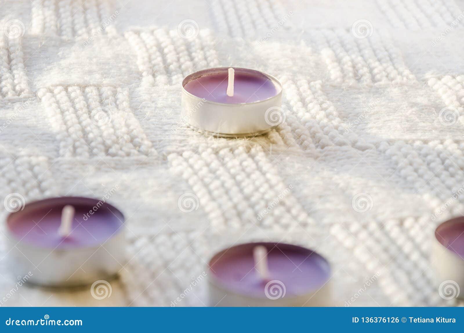 Aromatische Kerzen auf einem Schal