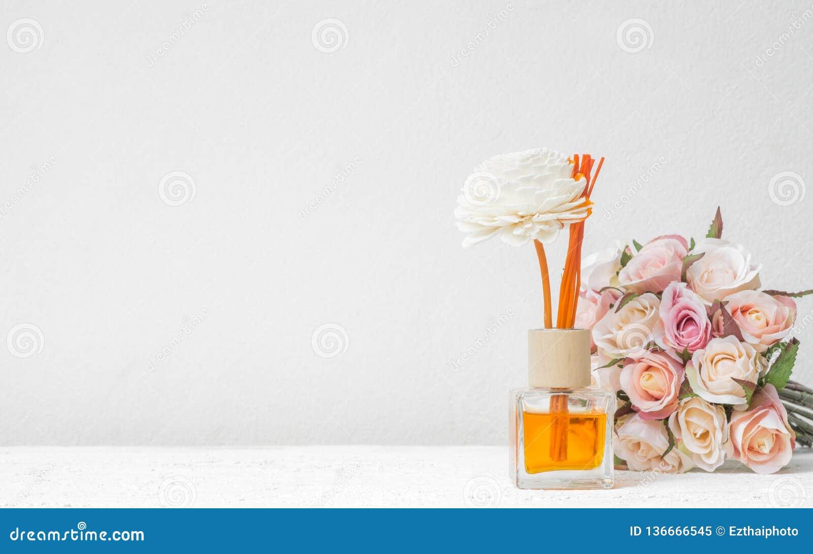 Aromatisches Reederfrischungsmittel, Duft-Diffusor-Satz der Flasche mit Aroma haftet Reeddiffusoren mit rosafarbener Blume auf we