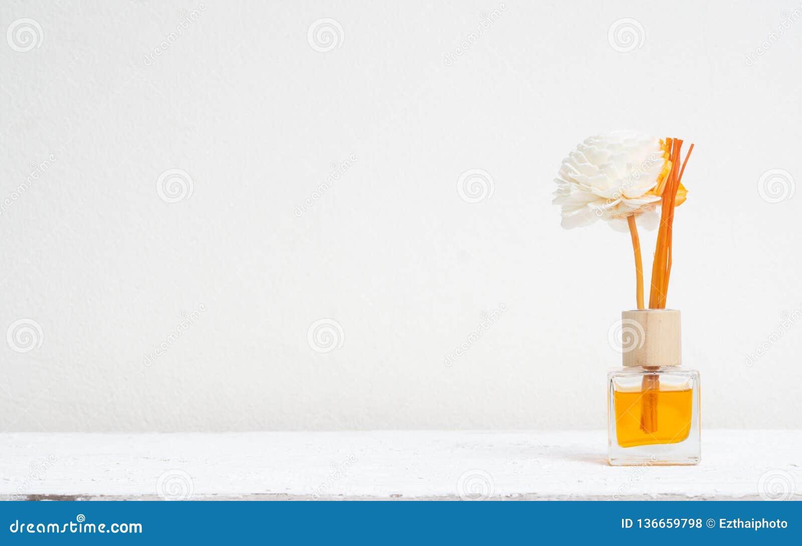 Aromatisches Reederfrischungsmittel, Duft-Diffusor-Satz der Flasche mit Aromastöcken u. x28; Reed-diffusers& x29; auf weißem Wand