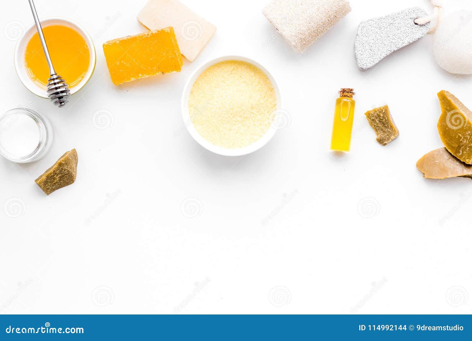 Aromatisches theraphy und empfindliche Hautpflege Badekurortsatz basiert auf Honig auf weißem Draufsicht-Kopienraum des Hintergru