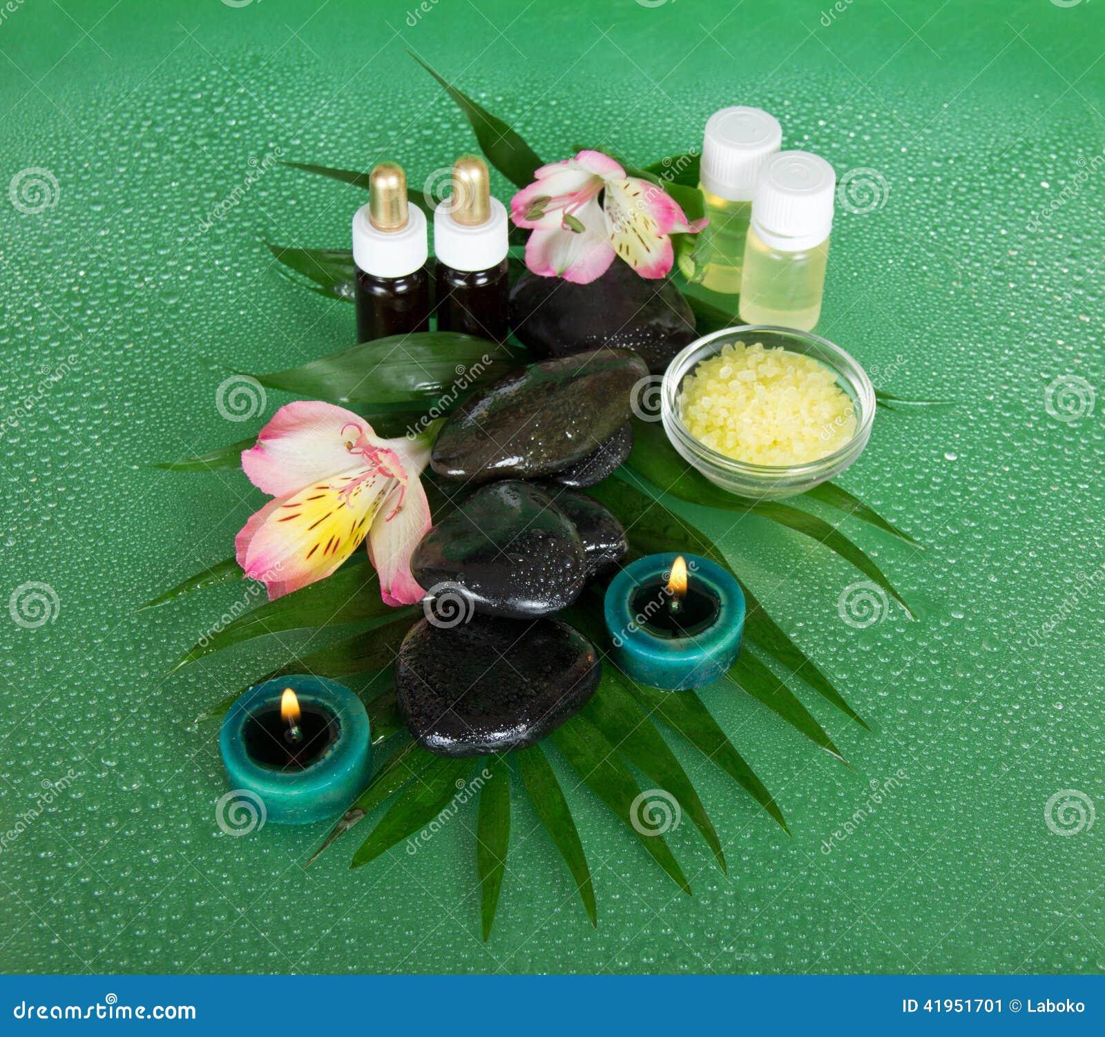 Aromatyczny olej, sól, świeczki, kamienie i kwiat,
