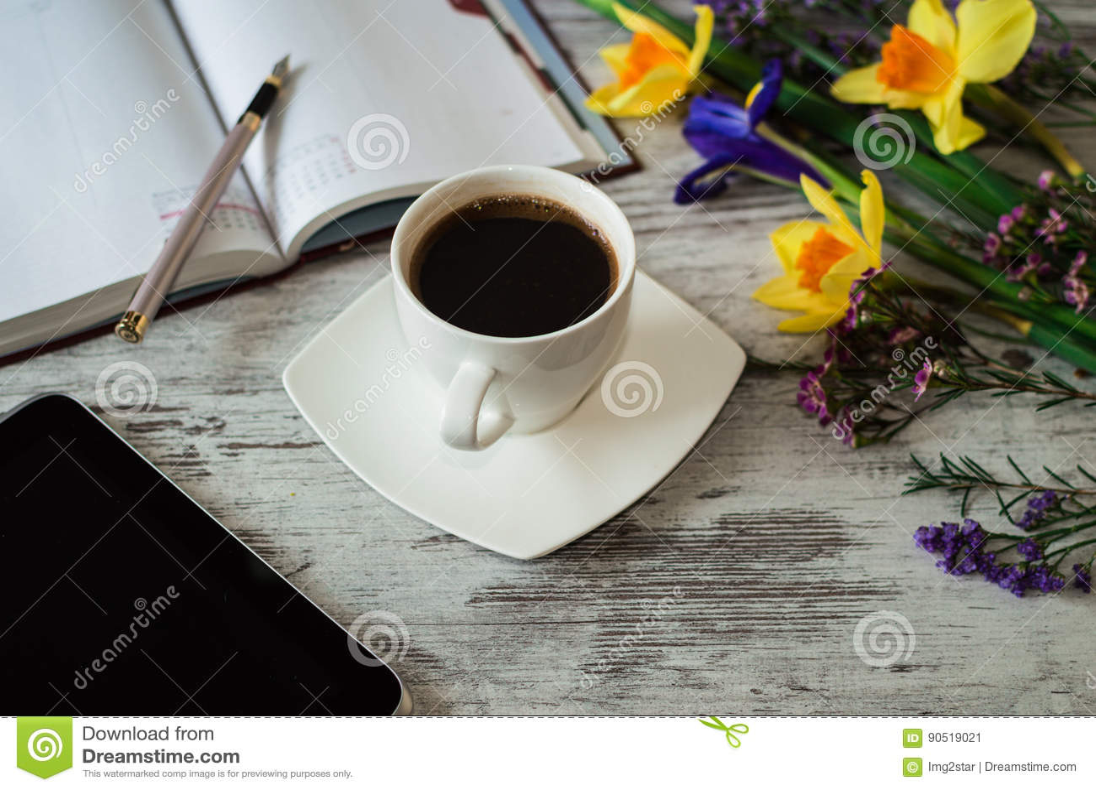 Aromatyczny praca ranek z filiżanką czarna kawa
