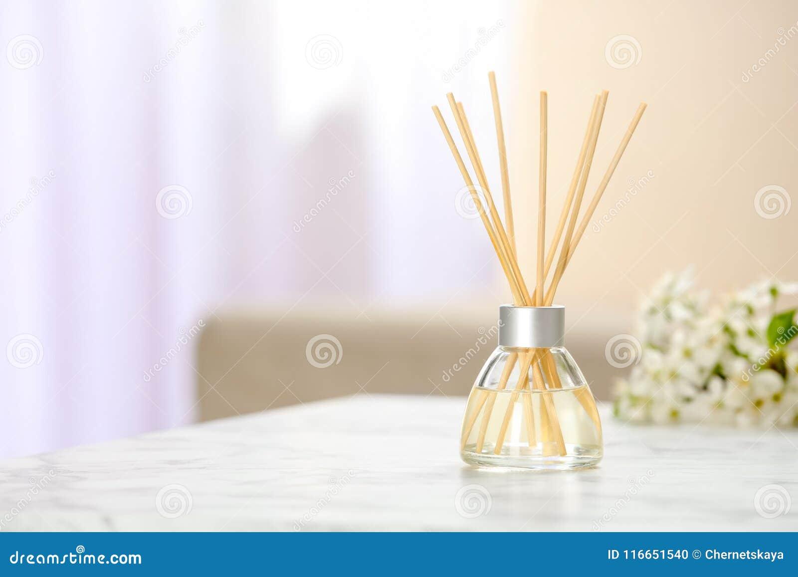 Aromatyczny trzcinowy freshener na stole