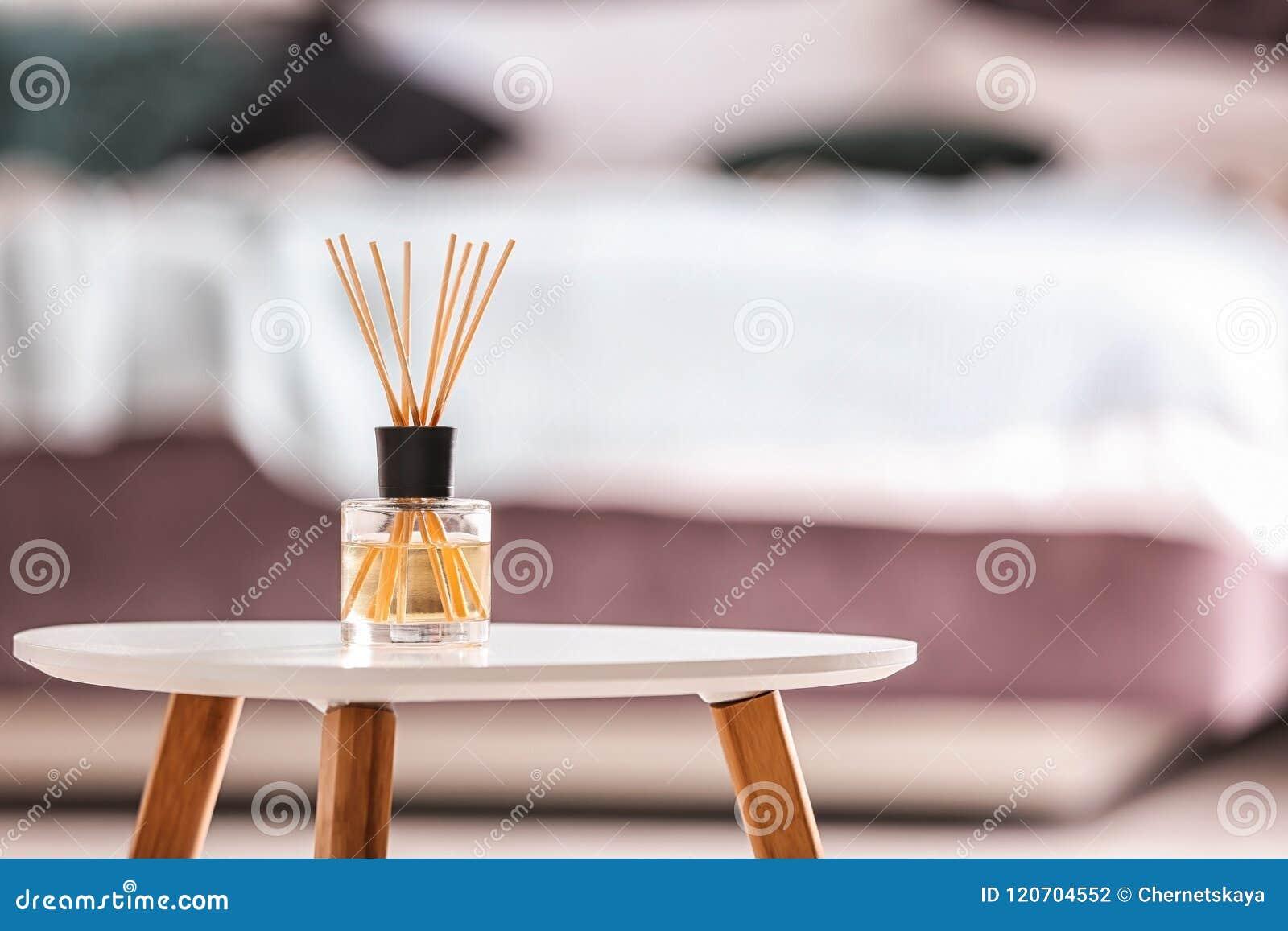 Aromatyczny trzcinowy lotniczy freshener na stole