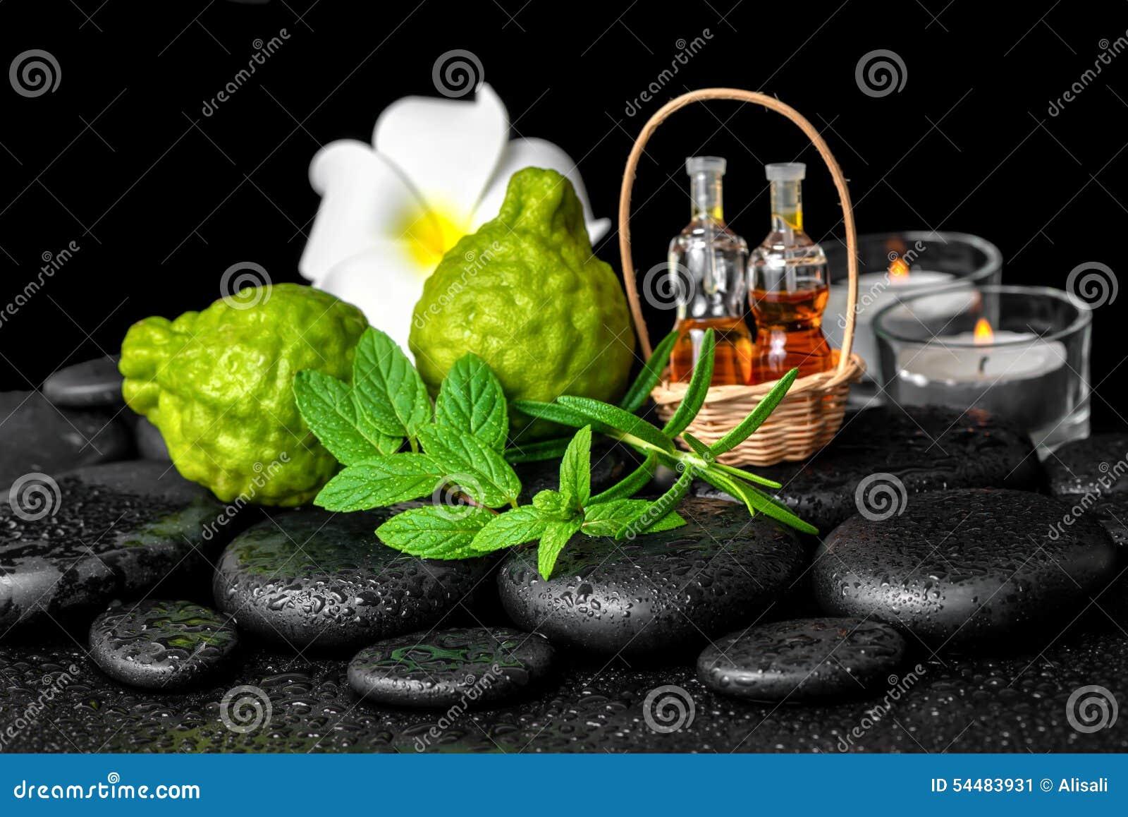 Aromatyczny zdrój butelka istotny olej w koszu, świeża mennica, ros