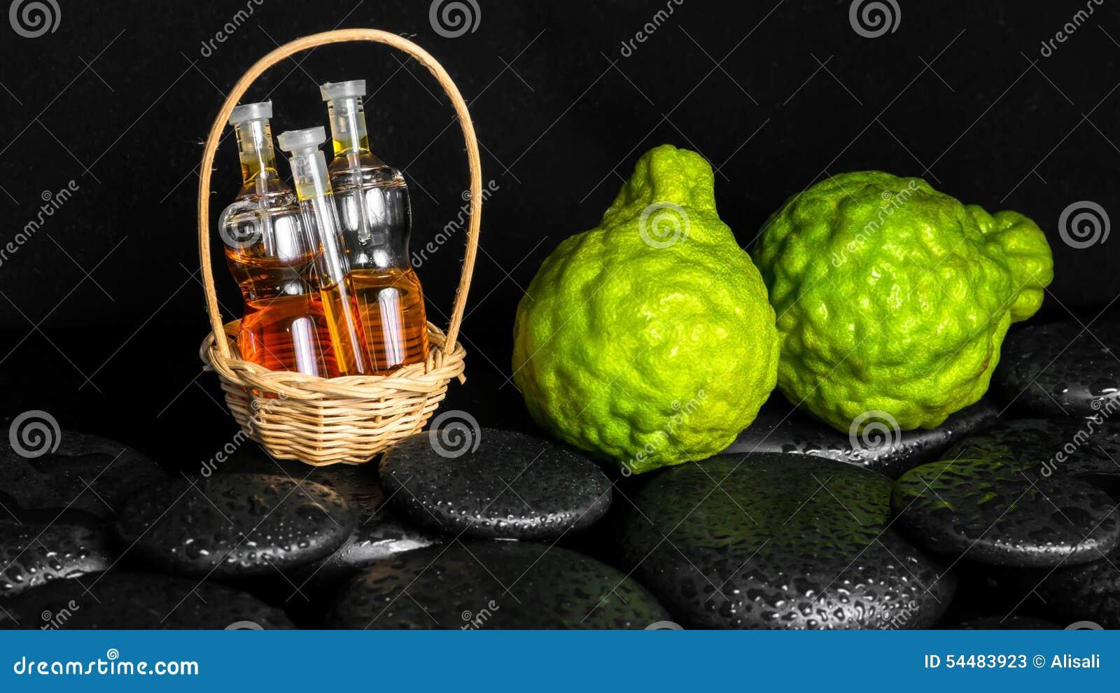 Aromatyczny zdroju pojęcie butelka istotny olej w koszu, Bergamo