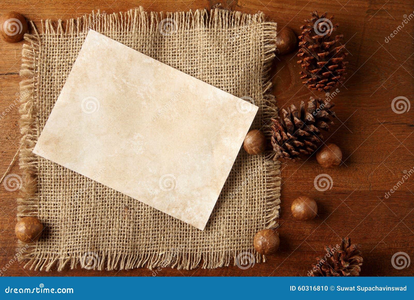 Arpillera de papel en tablero del teakwood