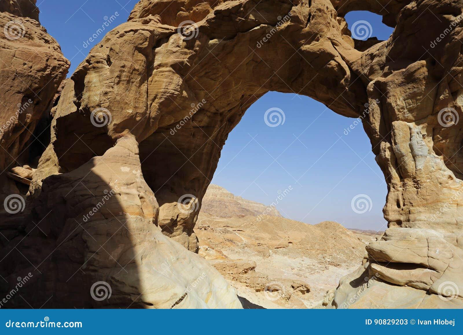 Arqueia a formação de rocha no parque de Timna, Israel