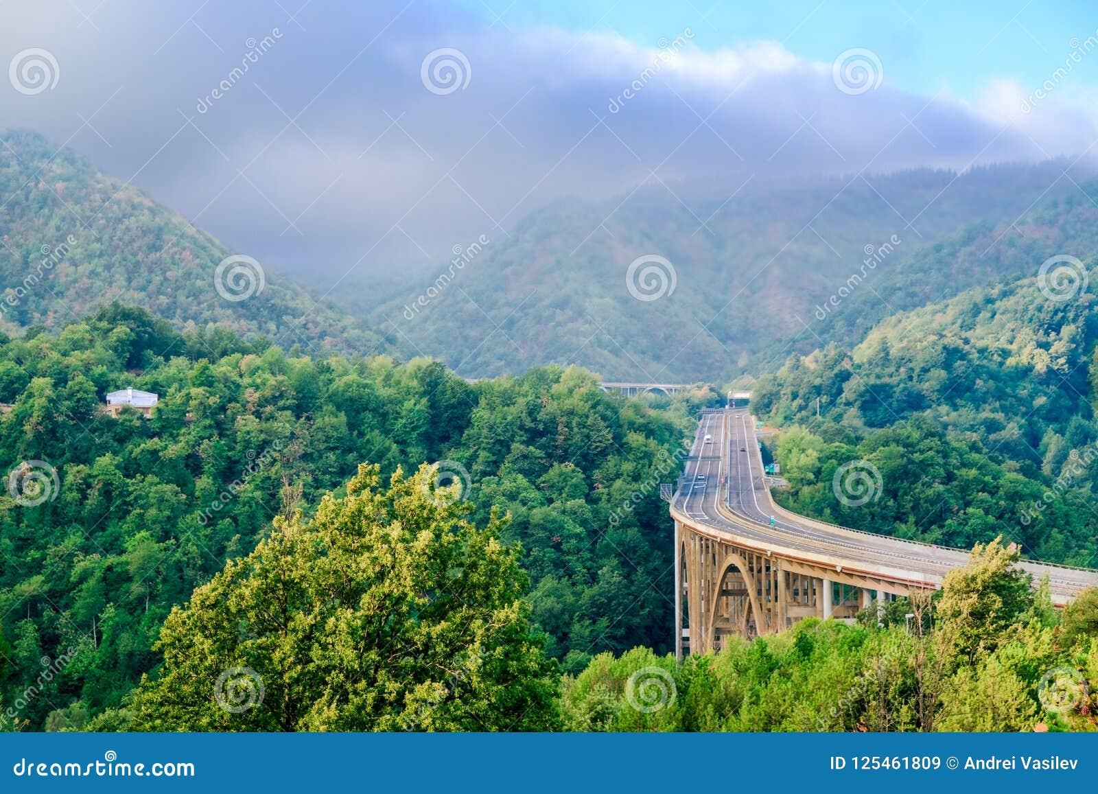 Arquez le pont à travers la gorge dans les montagnes d Apennine avant l orage approchant