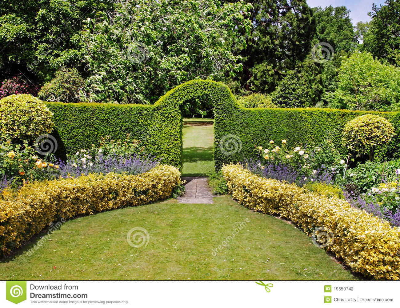 arquez par une bordure de haies dans un jardin anglais photo stock image du horticulture. Black Bedroom Furniture Sets. Home Design Ideas