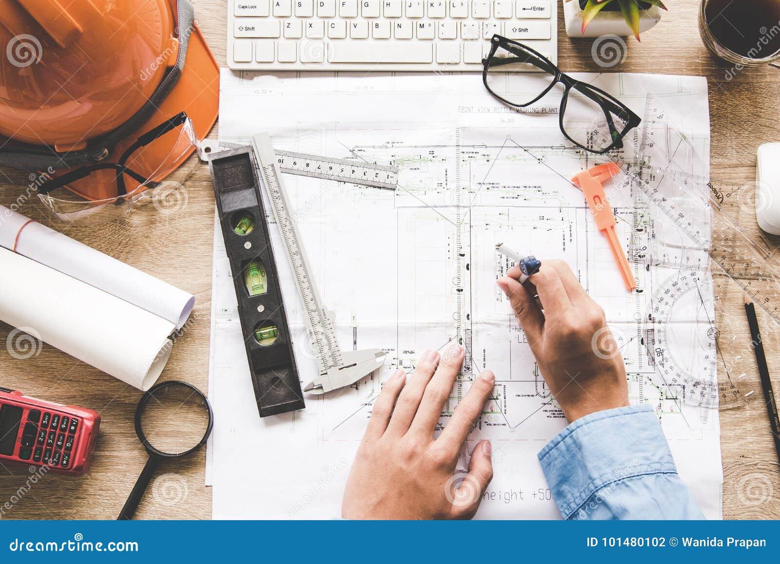 Arquitecto de la visión superior que trabaja en modelo Lugar de trabajo de los arquitectos Herramientas del ingeniero y control d
