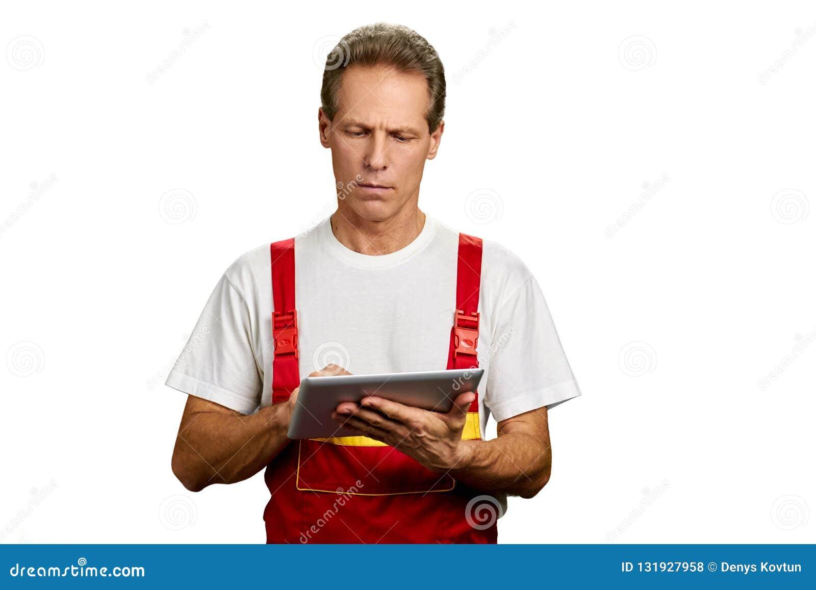 Arquitecto de mediana edad que trabaja en la tableta de la PC